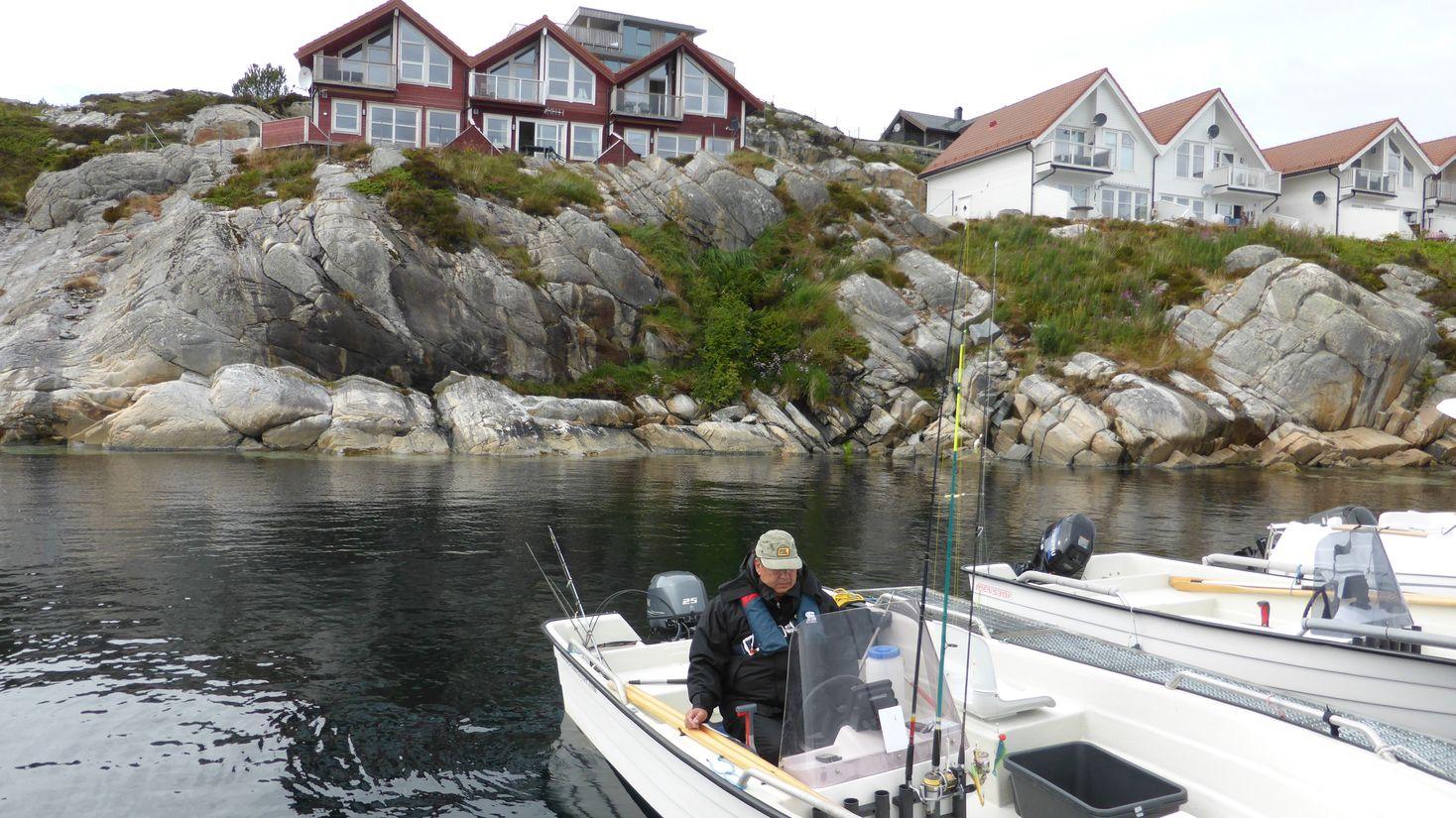 Unser Boot und im Hintergrund unsere Wohnung
