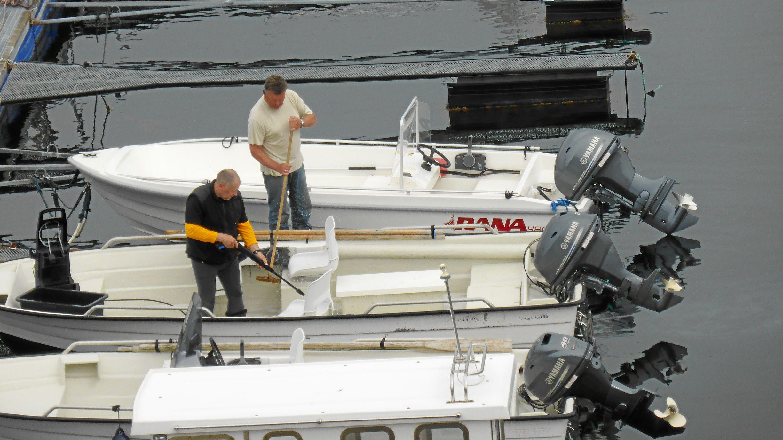 Jörg und Olaf bei der Bootsreinigung